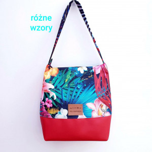 Czerwona torebka w liście palmowe i lilie
