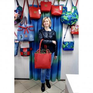 Czerwona torebka z oliwkowym kominem