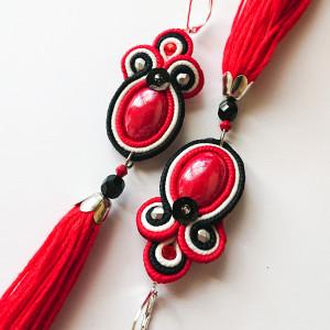 Czerwono-biało-czarne kolczyki z frędzlami