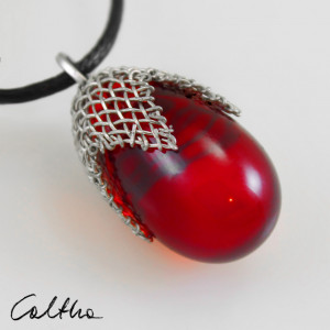 Czerwony w siateczce średni - wisiorek