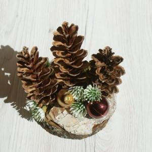 dekoracja świąteczna z szyszek