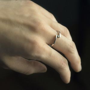 Delikatny pierścionek ze złota z czarnym diamentem