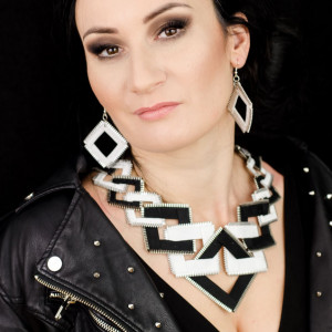 Designerska biało-czarna kolia