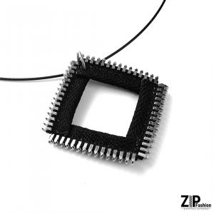 Designerski wisiorek czarny kwadrat