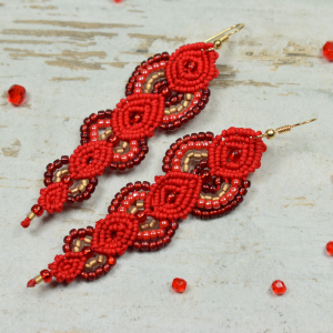 Długie, czerwone kolczyki z koralików