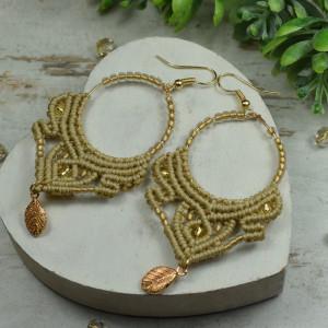 Długie, lekkie kolczyki w odcieniach beżu i złota