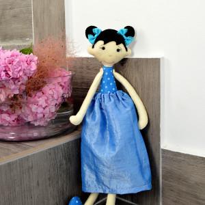 Długonoga lalka w niebieskościach