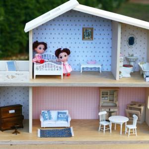 Domek drewniany dla lalek z ceramiczną łazienką