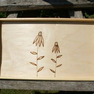 drewniana taca z kwiatami
