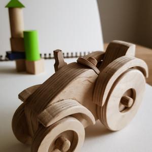 Drewniana zabawka traktorek