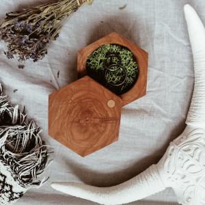 Drewniane pudełko na obrączki Heksagon Rustykalne