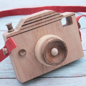 Drewniany aparat dla dzieci ze skórzanym paskiem