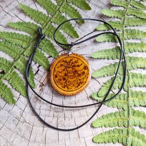 Drewniany naszyjnik z motywem roślinnym