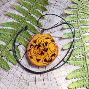 Drewniany naszyjnik z ręcznym rysunkiem