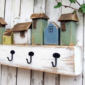 Drewniany wieszak z kolorowymi domkami