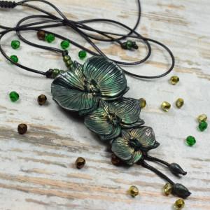 """Duży wisior """"orchidee""""w odcieniach ciemnej zieleni"""