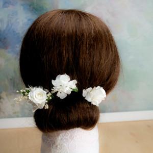 Ekskluzywne ślubne kwiatowe ozdoby do włosów biel1