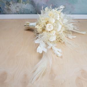 Ekskluzywny biały bukiet ślubny z pawimi piórami