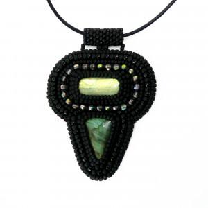 Elegancki czarny haftowany wisior  z labradorytami