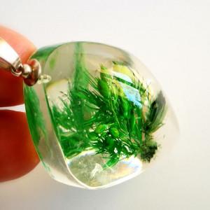 Emeraldowa kompozycja w żywicy naszyjnik