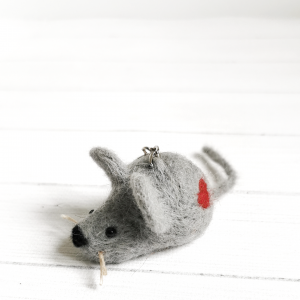 Filcowana myszka z sercem - brelok