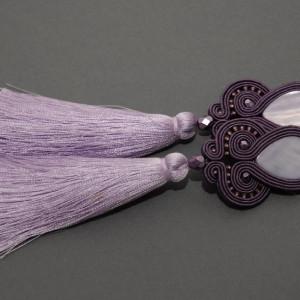 fioletowe kolczyki lub klipsy sutasz z chwostami