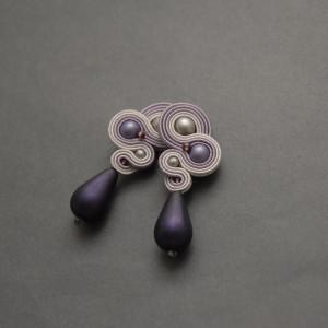 fioletowo-szare kolczyki lub klipsy sutasz