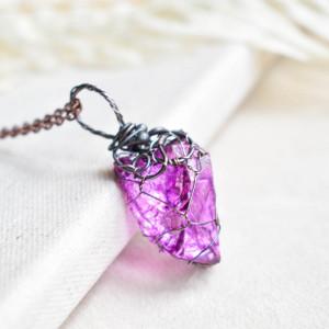 Fuchsia net - naszyjnik z kryształem