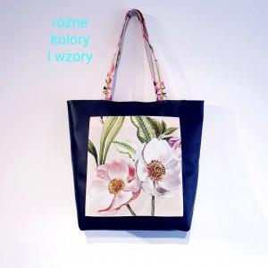 Granatowa torebka na ramię z kieszonką w kwiaty
