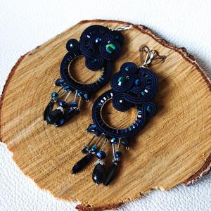 Granatowe kolczyki kola z kryształkami