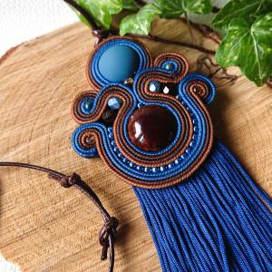 Granatowo-brązowy wisior z ceramiką i chwostami