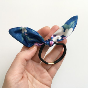 Gumka kokardka floral niebieska