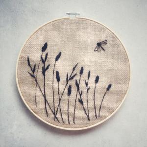 Haft na tkaninie jutowej- łąka o zachodzie słońca