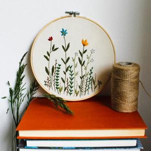 Haftowana łąka - obrazek w tamborku.