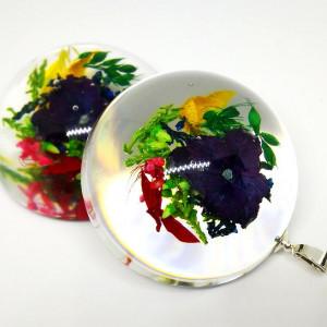 Hortensja i kolorowe wrzosy w półkuli z żywicy