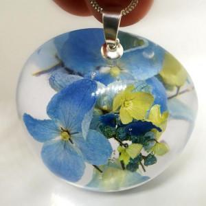 Hortensje niebieskie w naszyjniku z żywicy