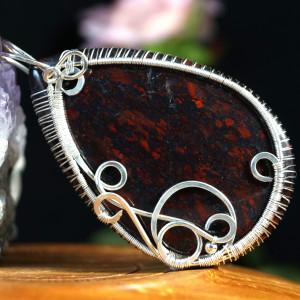 Jaspis, Wisior ze srebra z jaspisem brekcjowym.