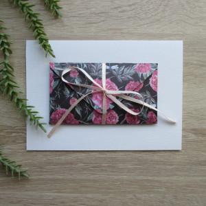 Karta z kopertą różowe peonie na czarnym tle