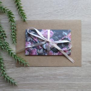 Karta z kopertą w róże na czarnym tle