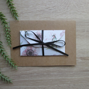Karta z kopertą w różowe anemony na białym tle