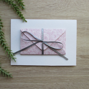 Karta z kopertą w różowe róże