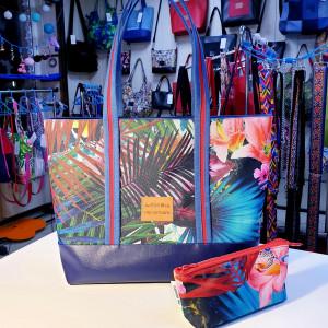 Kolorowa torebka w liście palmowe i kwiaty