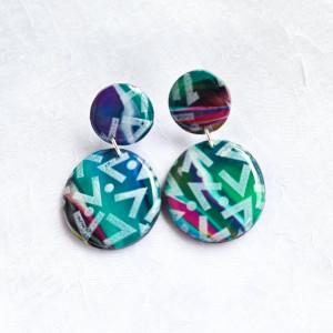 Kolorowe kolczyki z geometrycznym wzorem