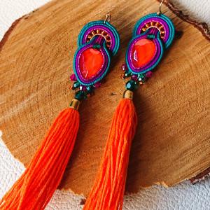 Kolorowe kolczyki z pomarańczowymi chwostami