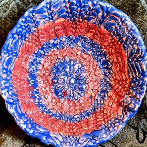 Koronkowa miska w niebiesko-czerwone paski