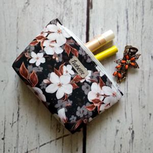 Kosmetyczka biało-brązowa w kwiaty