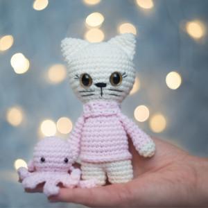 Kotka w różowym swetrze, kremowa maskotka