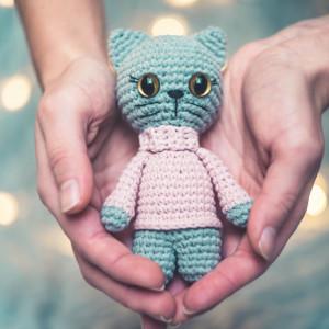 Kotka w różowym swetrze, szara maskotka