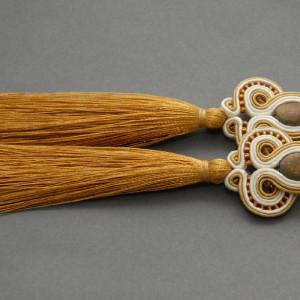 kremowo-złote kolczyki lub klipsy sutasz