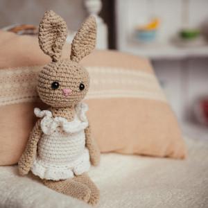 królik maskotka szydełko beżowy